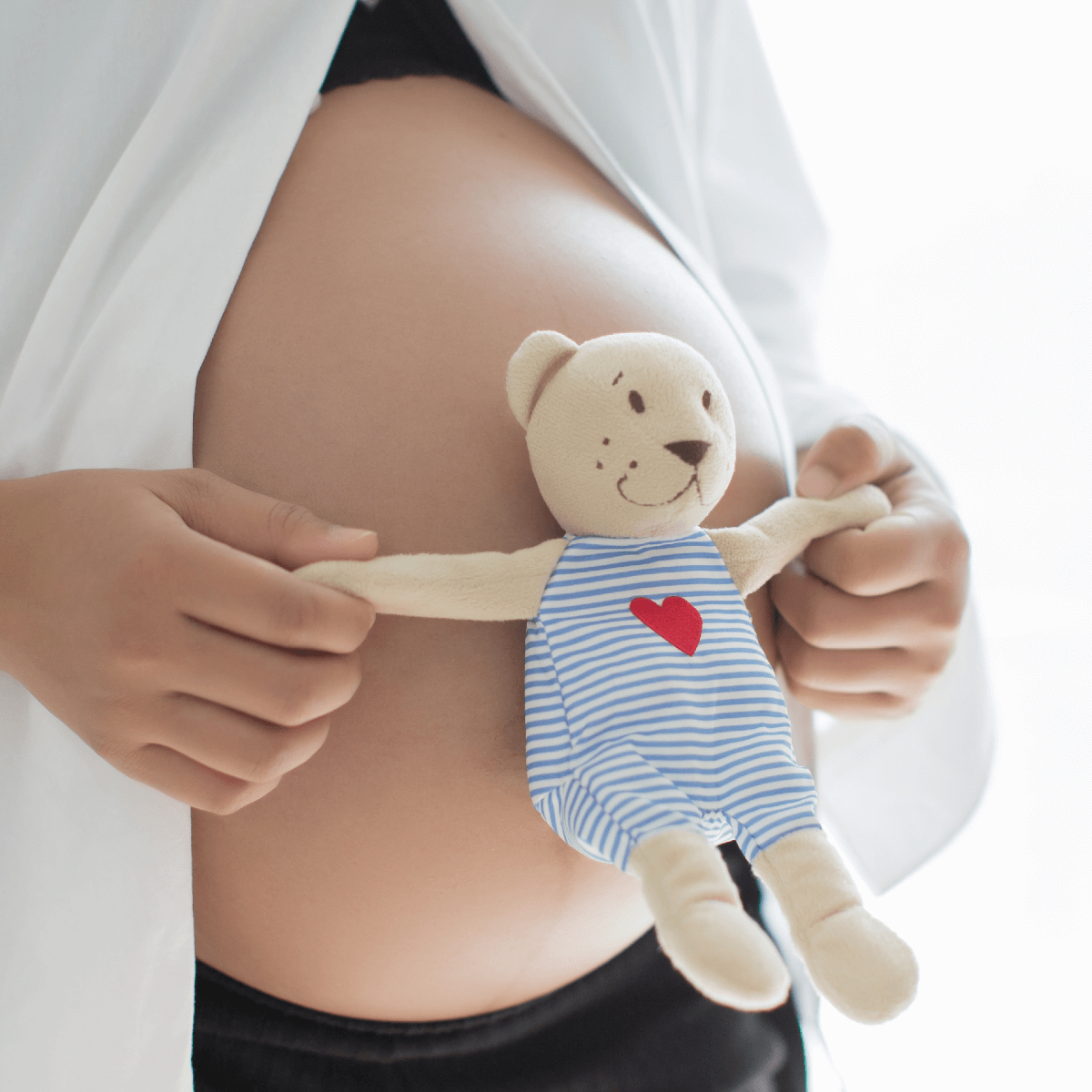 mujer embarazada con peluche