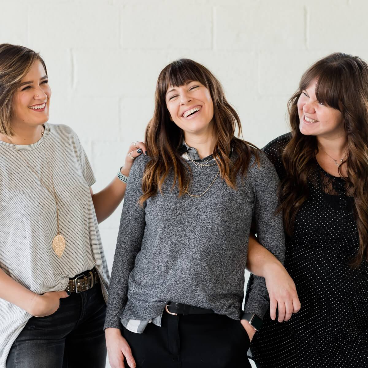 tres mujeres riendose